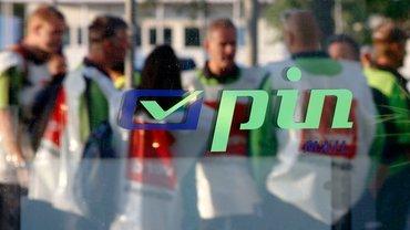 Aufschrift pin mail, im Hintergrund Menschen mit ver.di-Westen