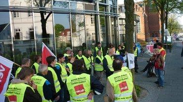 Streikende Zustellerinnen und Zusteller vor dem Verlagshaus der Nordwestzeitung in Oldenburg