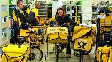 Briefzusteller mit Postfahrrädern