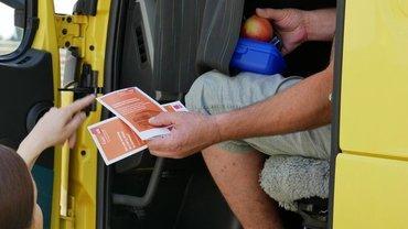 LKW-Fahrer bekommt Info-Faltblatt