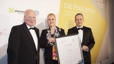 Produktionschef Uwe Brinks und Personalvorstand Angela Titzrath von der Deutschen Post AG und Stephan Teuscher von ver.di mit der Urkunde des Innovationspreises (v. l.)