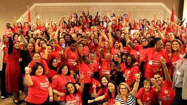 Frauen mit roten T-Shirts