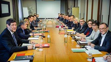 Mitglieder der Verhandlungskommission an einem Tisch