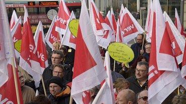Demonstrierende mit ver.di-Fahnen