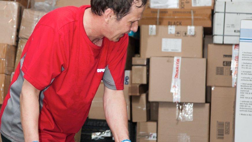 Beschäftigter mit Paketen