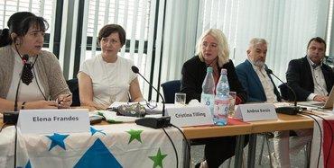 Tisch mit TeilnehmerInnen der Pressekonferenz