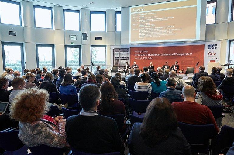 Konferenzteilnehmer und Podium