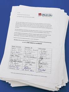 Aktion in Hessen für eine Integration in den Haustarifvertrag der Post AG. Über 600 Beschäftigte der DHL Delivery GmbHs haben unterschrieben.
