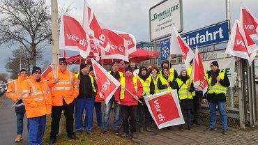 Die Beschäftigten bei Schnellecke streiken für höhere Löhne